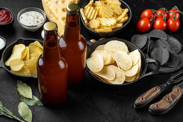 Chips de pommes de terre. snacks à la bière, ensemble de sauce, sur pierre noire