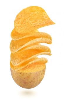 Chips de pommes de terre volant de légumes de pomme de terre coupés en deux isolé sur blanc