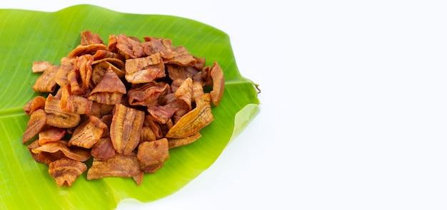 Chips de tranche de banane sur feuille de bananier