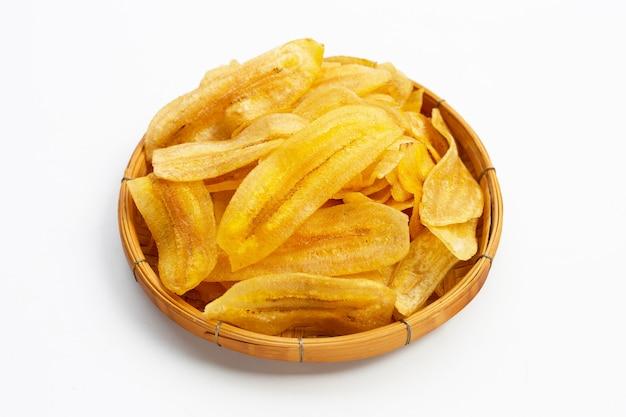 Chips de tranche de banane sur une surface blanche