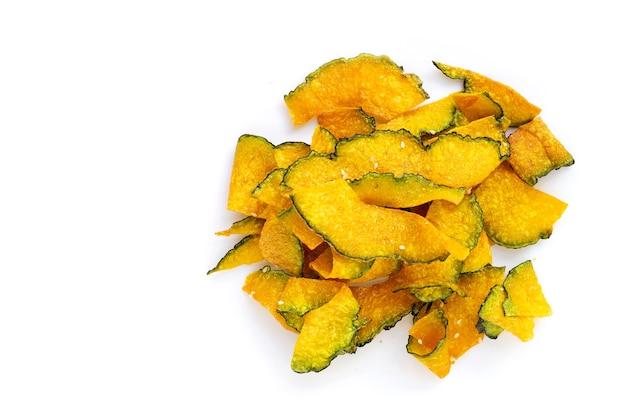 Chips de tranche de citrouille verte sur fond blanc.