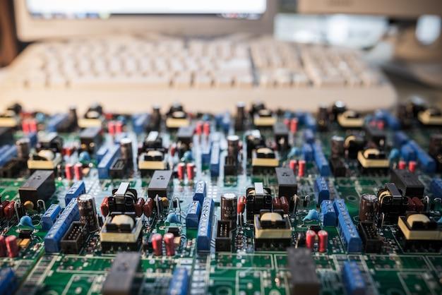 Chipset sur table avec ordinateur