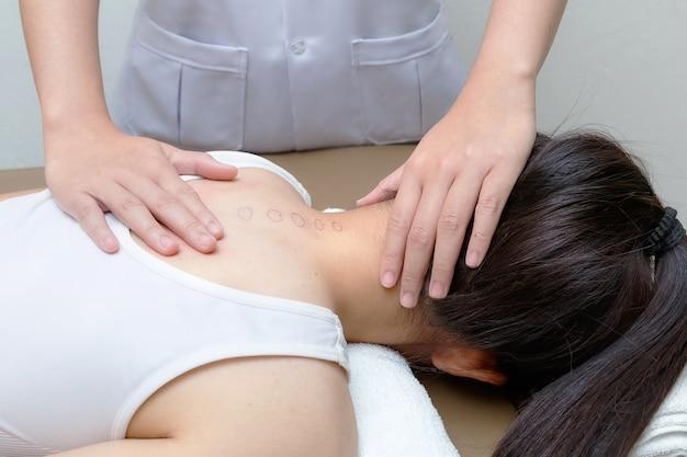 Chiropraticien faisant l'épine dorsale d'ajustement sur la patiente