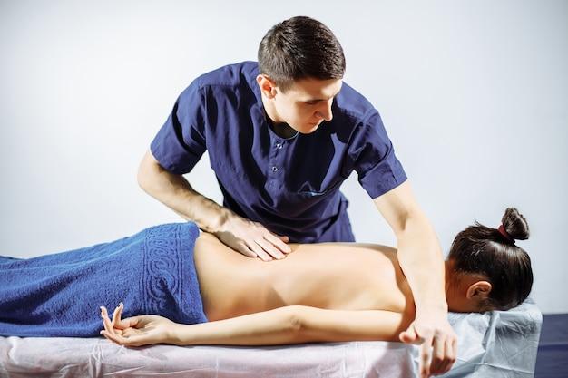 Chiropratique, ostéopathie, manipulation dorsale.