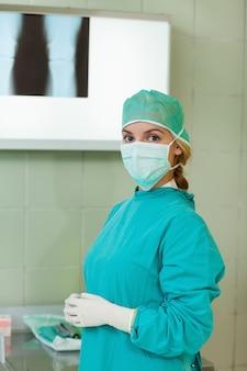 Chirurgien debout devant une lampe à rayons x