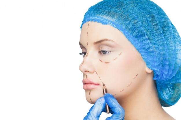 Chirurgien dessin lignes pointillées sur patient détendu