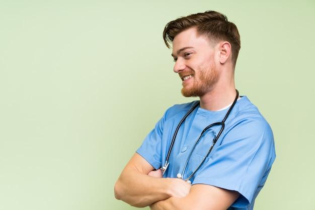 Chirurgien, docteur, homme, debout, regarder, côté