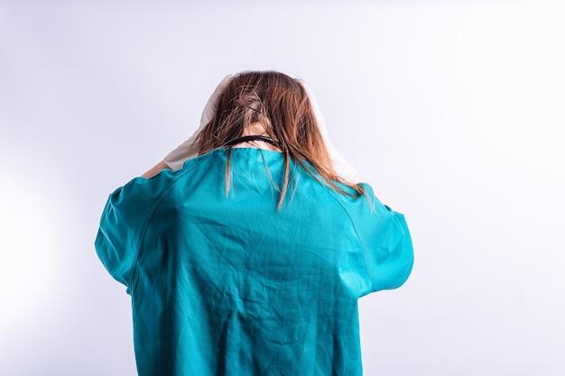 Chirurgien échevelé par derrière avec stéthoscope autour de son cou concept de point mauvais résultats ou prend des décisions difficiles