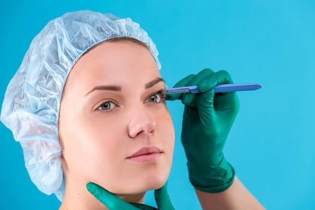 Chirurgien esthétique examinant une cliente au bureau.