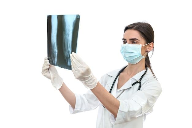 Chirurgien examinant la radiographie du patient sur un mur blanc