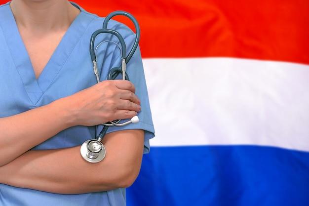 Chirurgien femme ou médecin avec stéthoscope