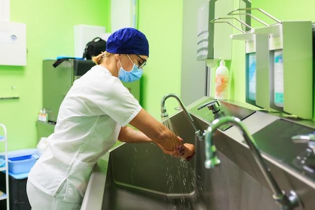 Chirurgien à l'hôpital se lave les mains