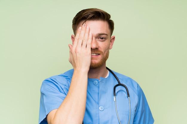Chirurgien médecin homme couvrant un œil à la main