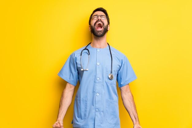 Chirurgien médecin homme criant à l'avant avec la bouche grande ouverte