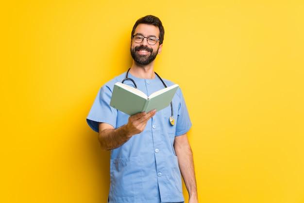 Chirurgien médecin tenant un livre et le donnant à quelqu'un