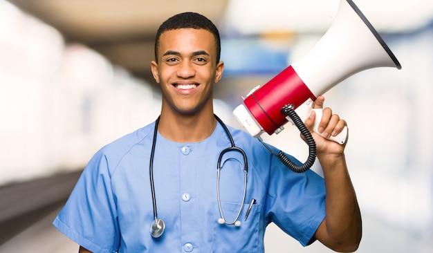 Chirurgien médecin tenant un mégaphone dans un hôpital
