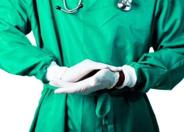 Chirurgien met ses gants