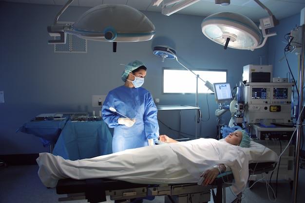 Chirurgien et patient au bloc opératoire