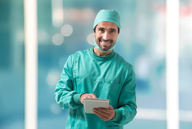 Chirurgien utilisant une tablette