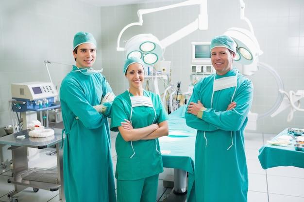 Des chirurgiens aux bras croisés en souriant