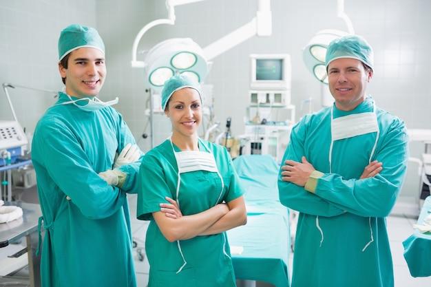 Chirurgiens debout les bras croisés
