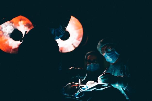 Chirurgiens médecins travaillant en salle d'opération