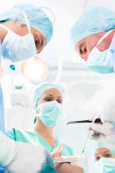 Chirurgiens opérant dans la salle d'opération