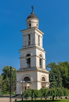 Chisinau, moldavie - 12.09.2021. clocher dans le parc de la cathédrale de chisinau, moldavie, par une journée ensoleillée d'automne