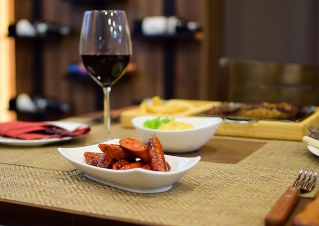 Chistorras avec verre de vin avec bois
