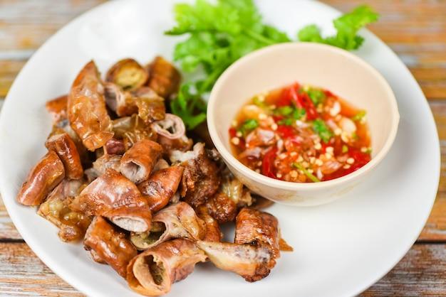 Chitterlings de porc rôti à la sauce chili épicée - entrailles intestins partie de la nourriture asiatique thaïe de porc