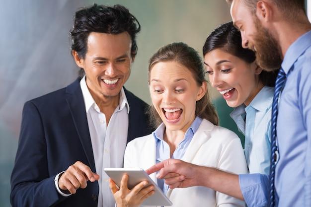 Choc gestionnaire montrant le travail d'équipe réussie
