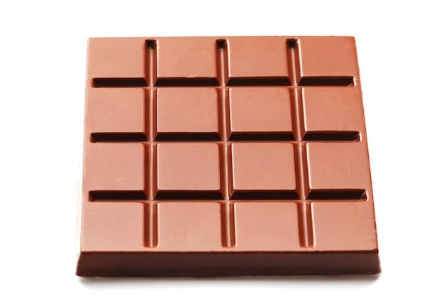 Chocolat au lait en forme de carré sur blanc