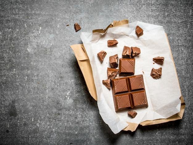 Chocolat au lait en papier.