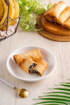 Le chocolat au piscok ou à la banane est un en-cas traditionnel d'indonésie