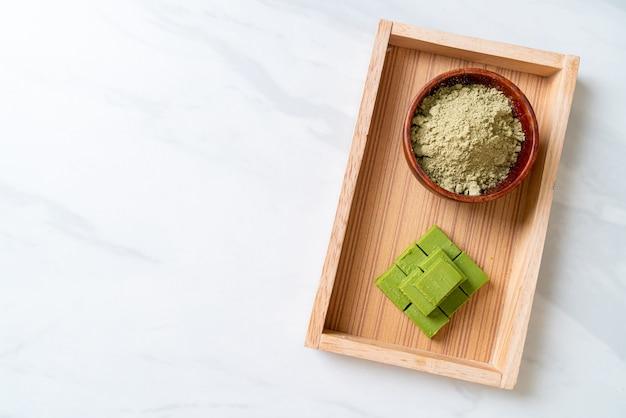 Chocolat au thé vert matcha frais et doux avec de la poudre de thé vert matcha