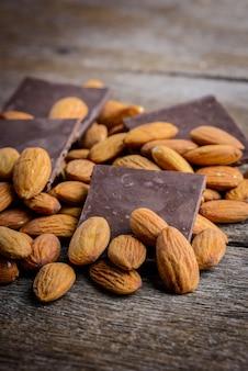 Chocolat aux amandes sur bois
