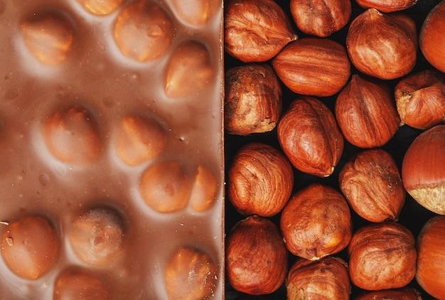 Chocolat aux noisettes, noix en coque sous forme de texture solide. chocolat au lait dessert aux noix.
