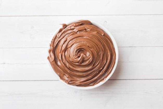 Chocolat aux nougats dans une assiette sur fond blanc. mise au point sélective.