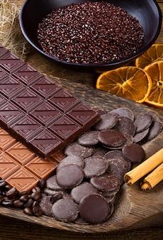 Chocolat avec des bâtonnets d'orange séchée et de cannelle tranchés