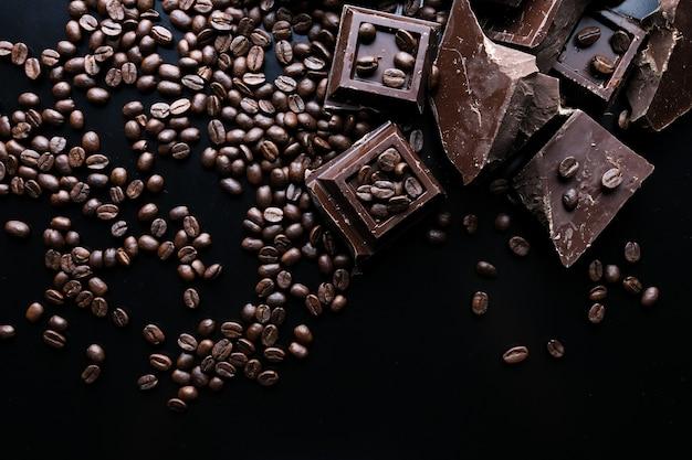 Chocolat bio noir et grains de café sur fond de béton.