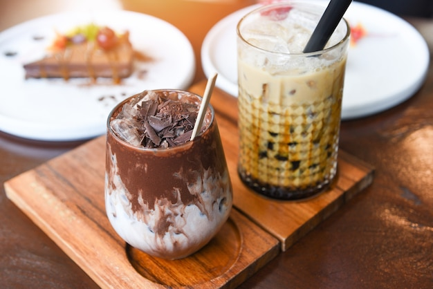Chocolat à boire au cacao et thé au lait à bulles