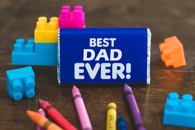 Chocolat et briques de jouets pour le père