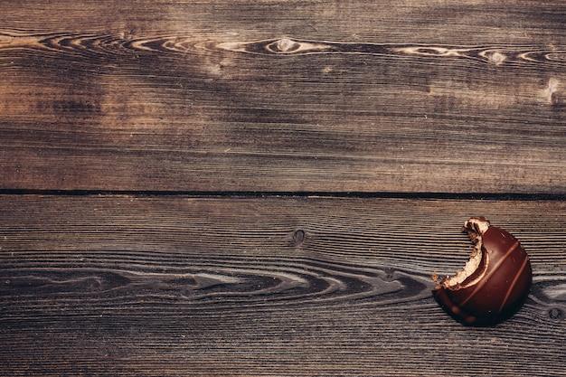 Chocolat brownie mordu sur la texture en bois.