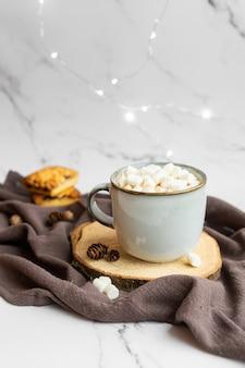 Chocolat chaud aux guimauves et biscuits