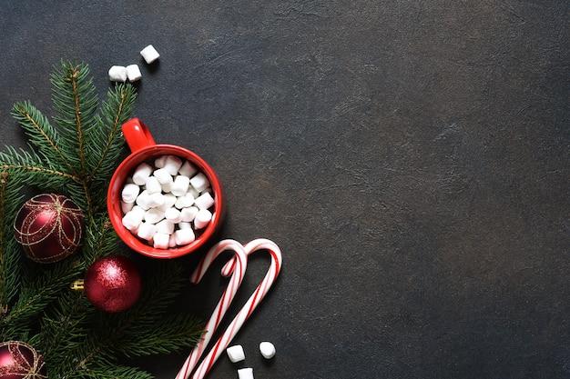 Chocolat chaud aux guimauves. boisson chaude d'hiver. décoration de nouvel an.