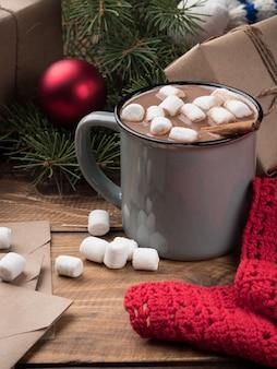 Chocolat chaud aux guimauves et décor de noël sur une table en bois. espace de copie.