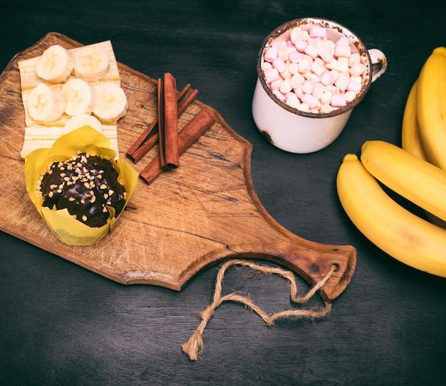 Chocolat chaud aux guimauves et gâteau au chocolat