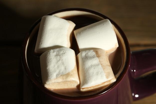 Chocolat chaud aux guimauves en mug,