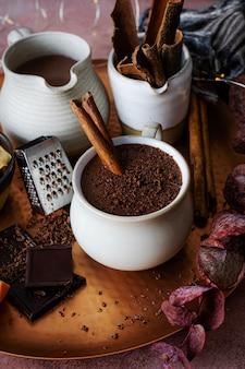 Chocolat chaud avec des bâtons de cannelle photographie alimentaire de vacances
