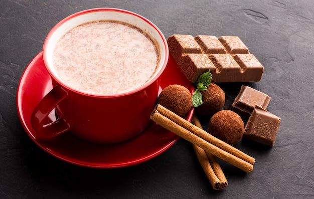 Chocolat chaud avec des bâtons de cannelle